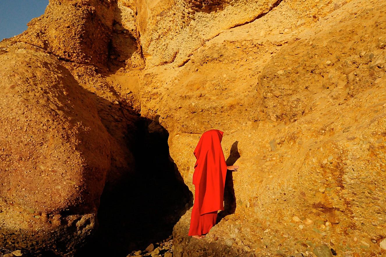 W_oman Desert Red IV  Chromira pearl on Aludibond  40x60 cm, 2011/2019