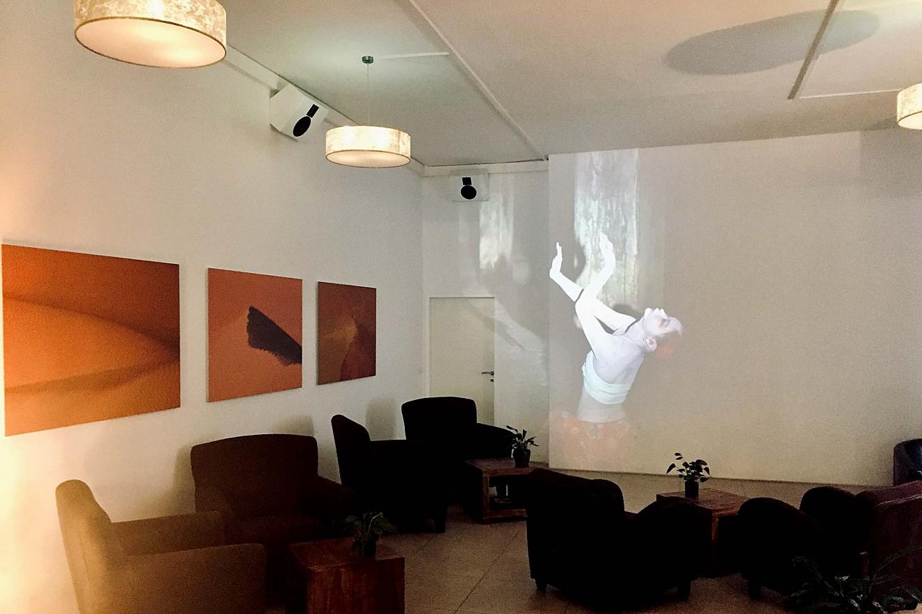 In Perpetuum - Muma/Butoh  3x6 m, Projektion und Fotoarbeiten   Haelthy Bar, Kurfürstendamm, Berlin