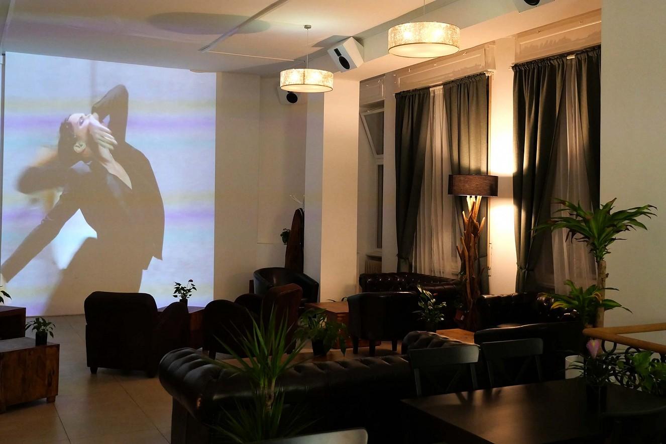 In Perpetuum   3x6 m, Projektion auf Wandfläche   Haelthy Bar, Kurfürstendamm, Berlin