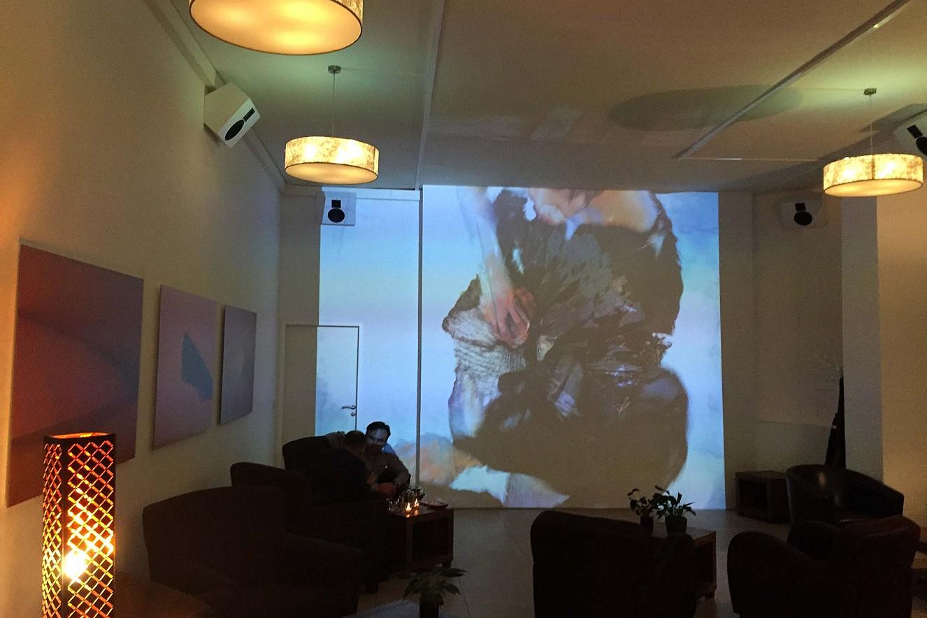 In Perpetuum  3x6 m, Projektion und Fotoarbeiten   Haelthy Bar, Kurfürstendamm, Berlin