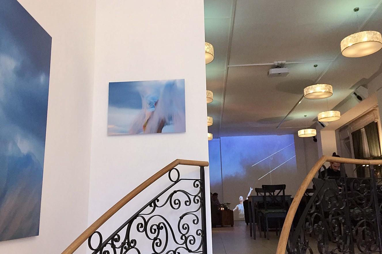 In Perpetuum   3x6 m, Projektion auf Wandfläche und Fotoarbeiten Haelthy Bar, Kurfürstendamm, Berlin