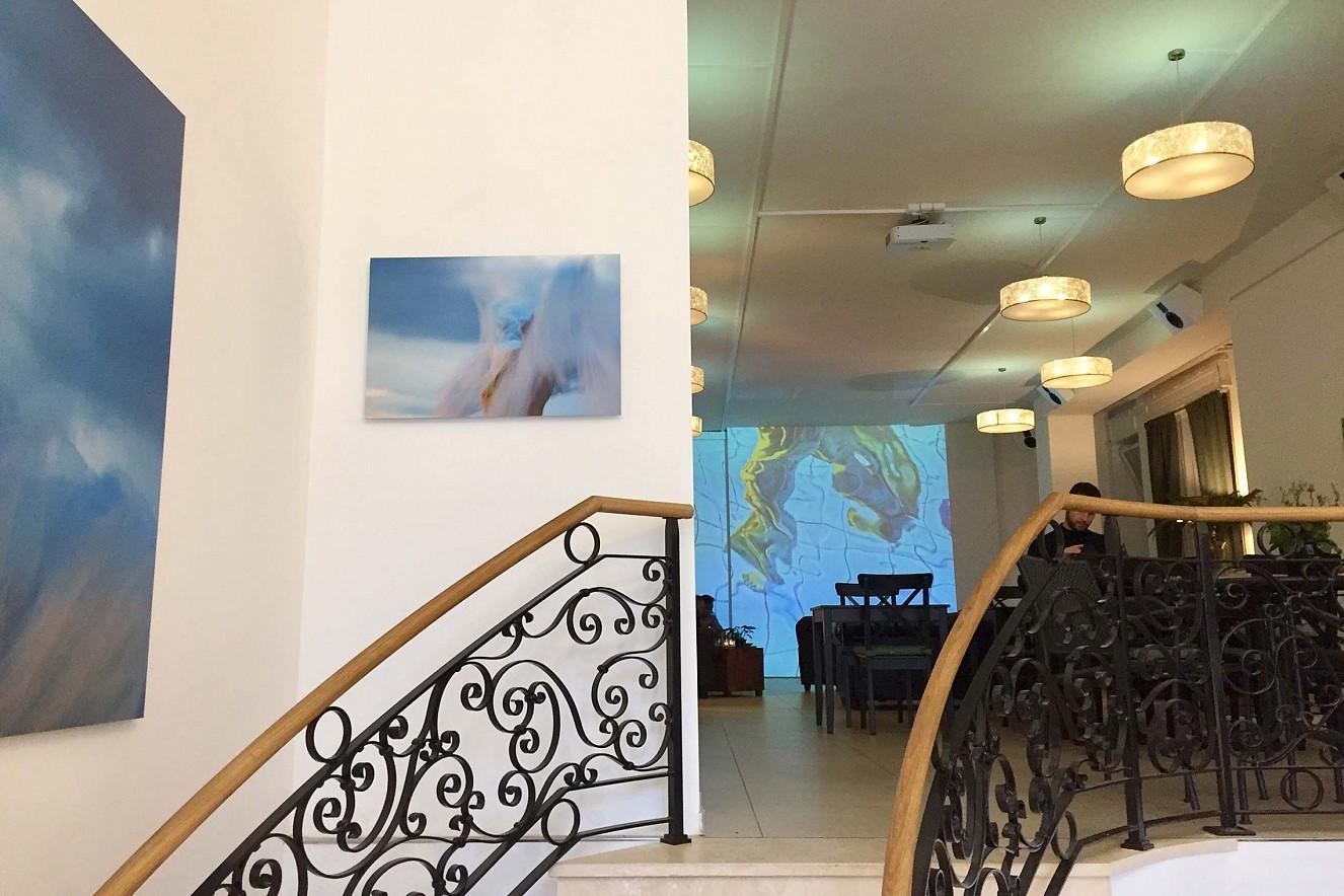 In Perpetuum  - Saori Feet  3x6 m, Projektion auf Wandfläche und Fotoarbeiten auf Aludibond, Serie In the Sky- je 50x75 und 90x130 cm, Haelthy Bar, Kurfürstendamm, Berlin