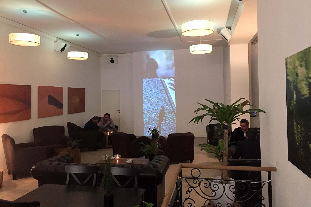In Perpetuum - Läufer  3x6 m, Projektion und Fotoarbeiten   Haelthy Bar, Kurfürstendamm, Berlin