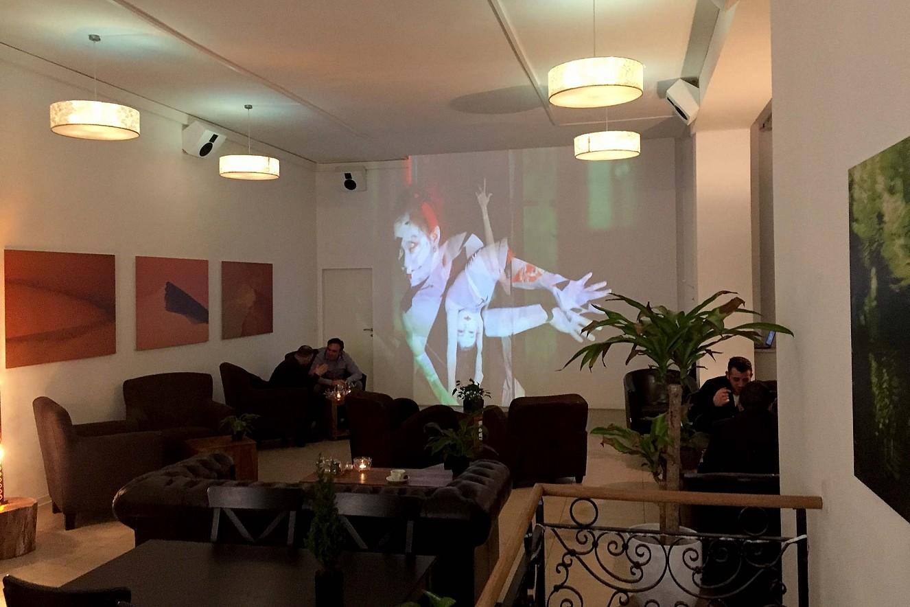 In Perpetuum - Bardo/Muma  3x6 m, Projektion und Fotoarbeiten   Haelthy Bar, Kurfürstendamm, Berlin