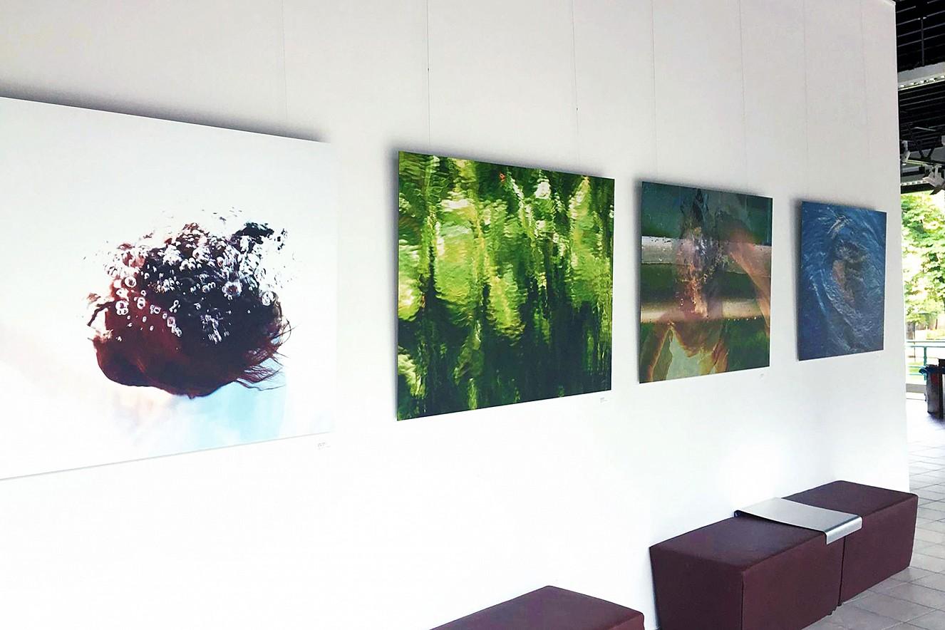 Lichte Wasser   Ausstellungssituation Liquid Dance  Galerie im MKC, Templin, Wasserfestival