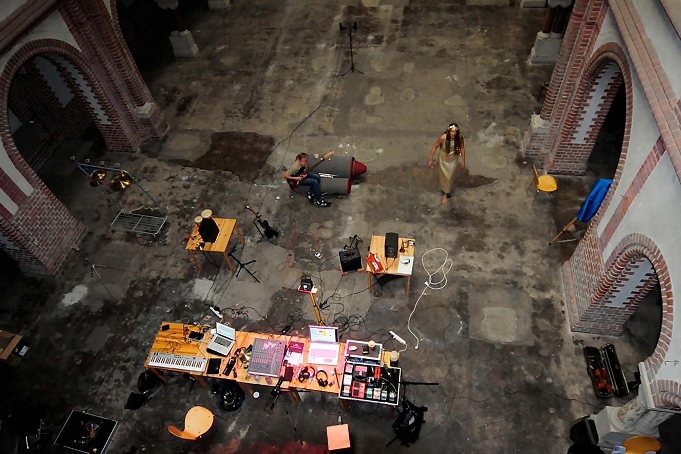 No Mad  musikalisch-bildnerische Szenen   in der St. Johannes Evangelist - Kirche, Berlin
