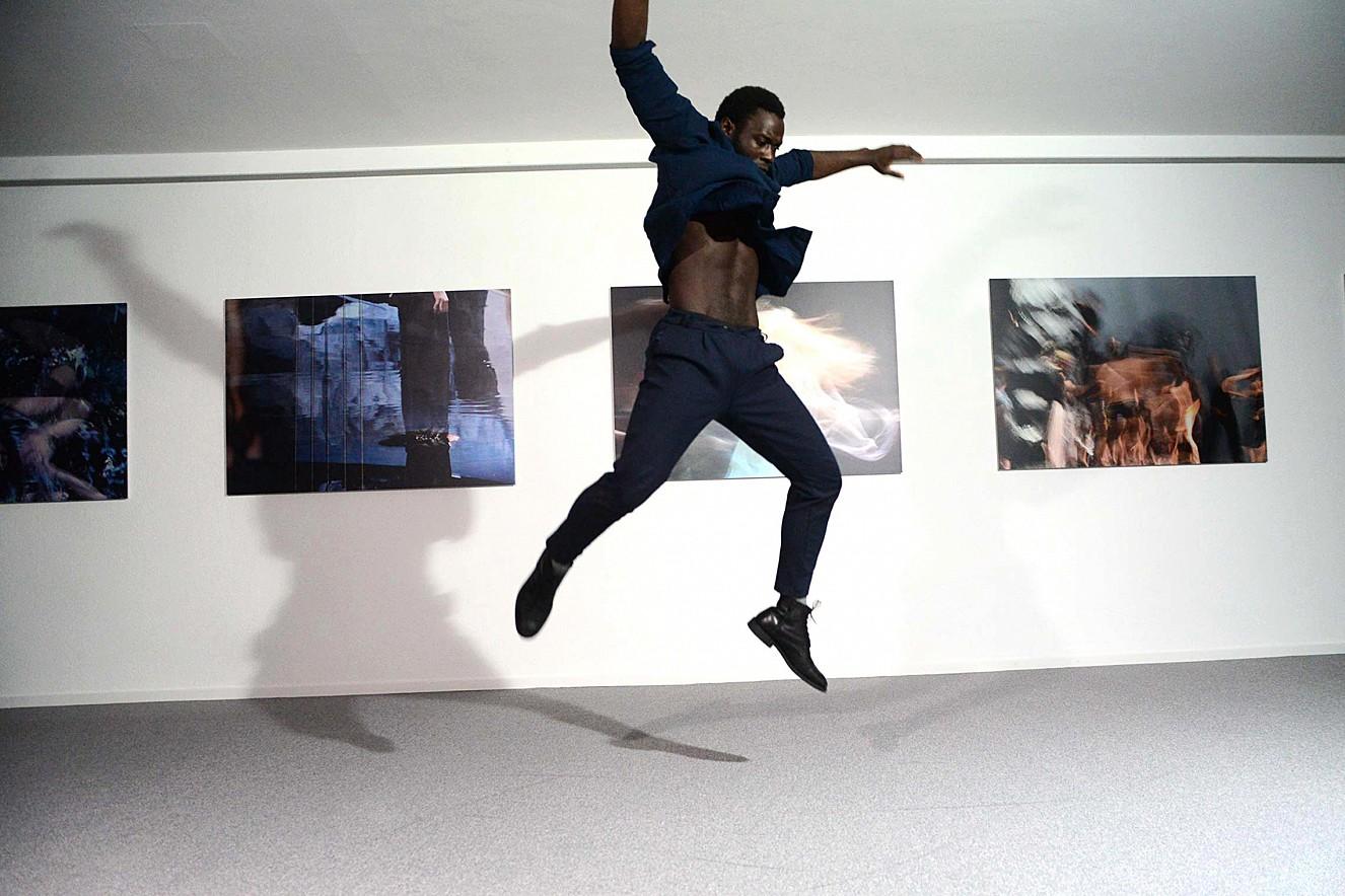 Orfeo - Tanz Shafiki Sseggayi  je 100x145cm, Fine Art print metallic auf Aludibond  Galerie Karin Melchior, Kassel