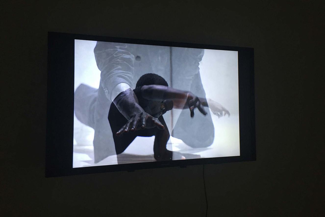 Videoinstallation Riven in Time  Tanzperfromance Shafiki Sseggayi  Galerie Karin Melchior, Kassel, 2019