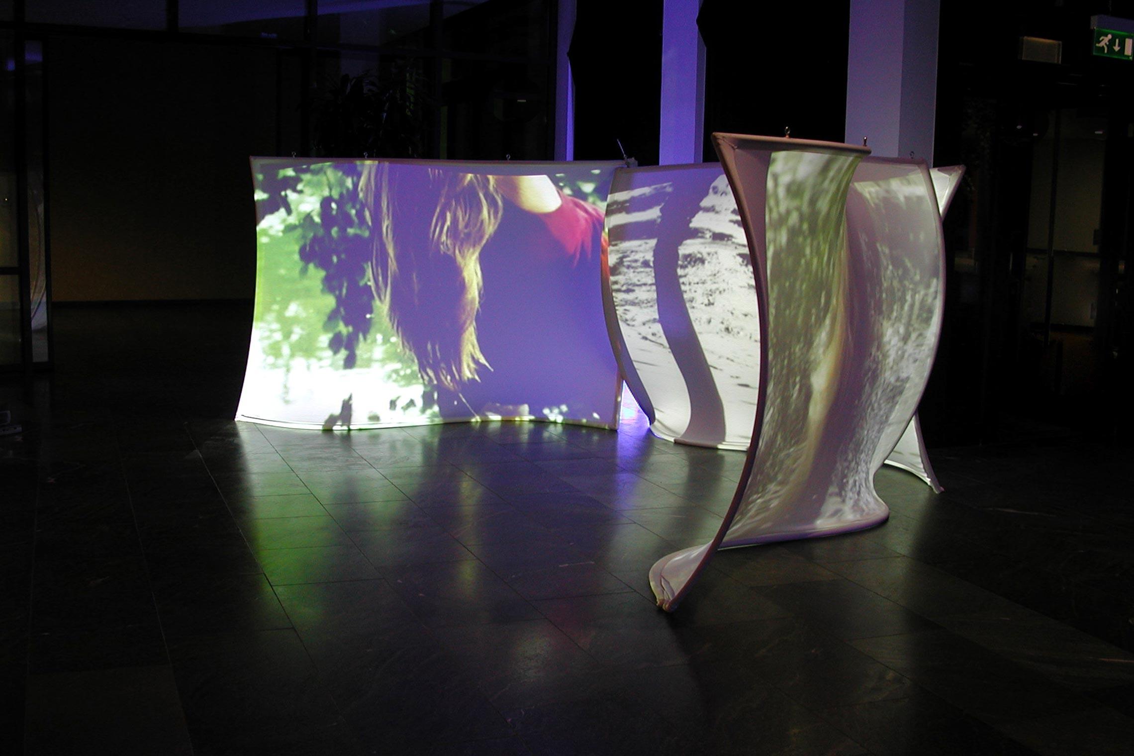 Whirl&Wake II  Videoprojektion auf Leinwände  200x250 cm, 2003, Vattenfall Foyer