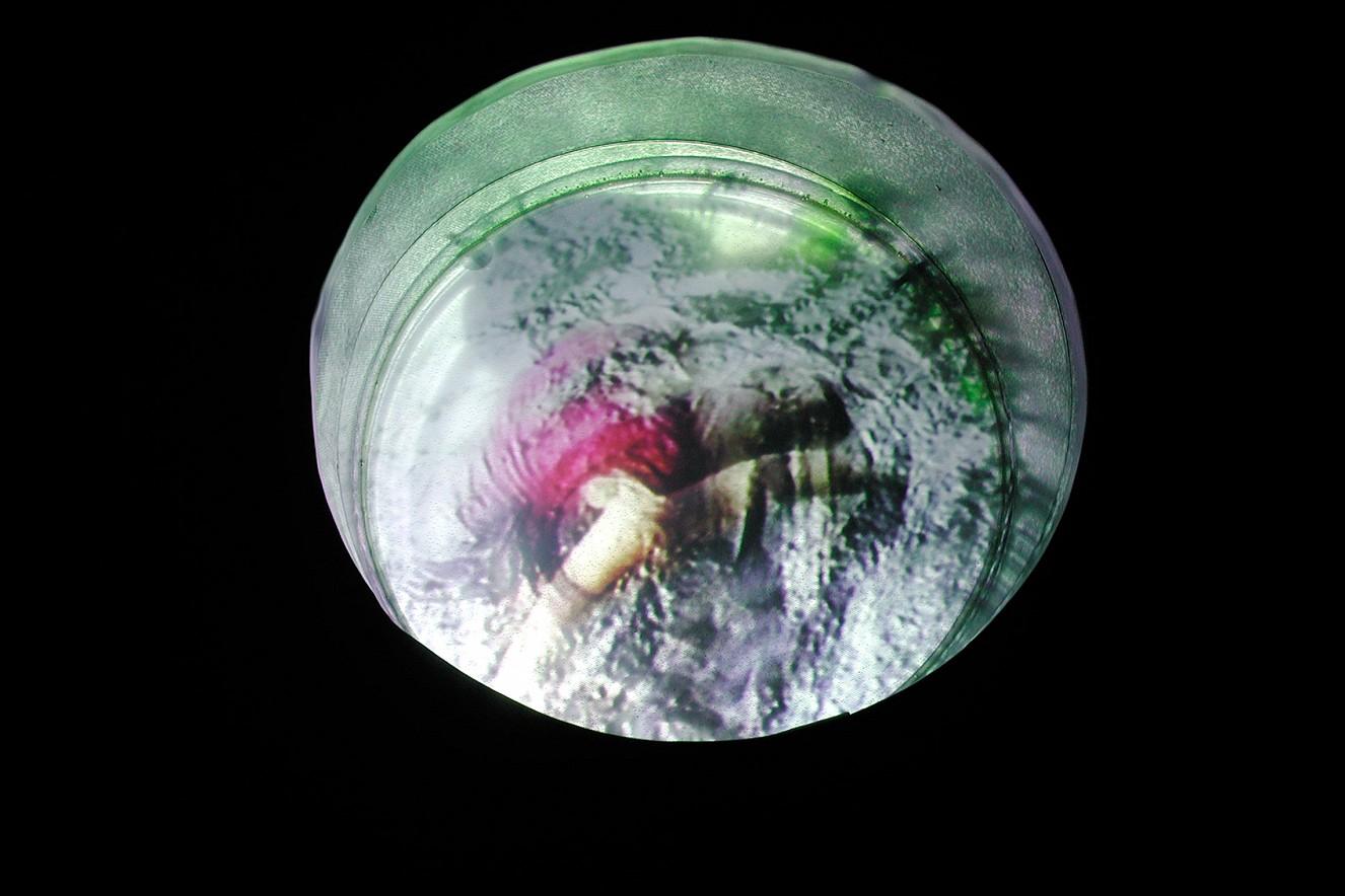 Tonne - Schwimmerin  Videostill, Video in der Tonne  Ø 80cm, 2001