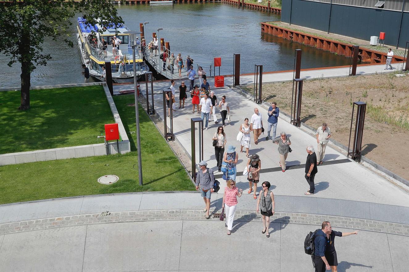 Bitteres Wasser Ankunft zur Vernissage mit dem Boot  Reederei Riedel, Werft Rummelsburger Hafen Berlin, 2016