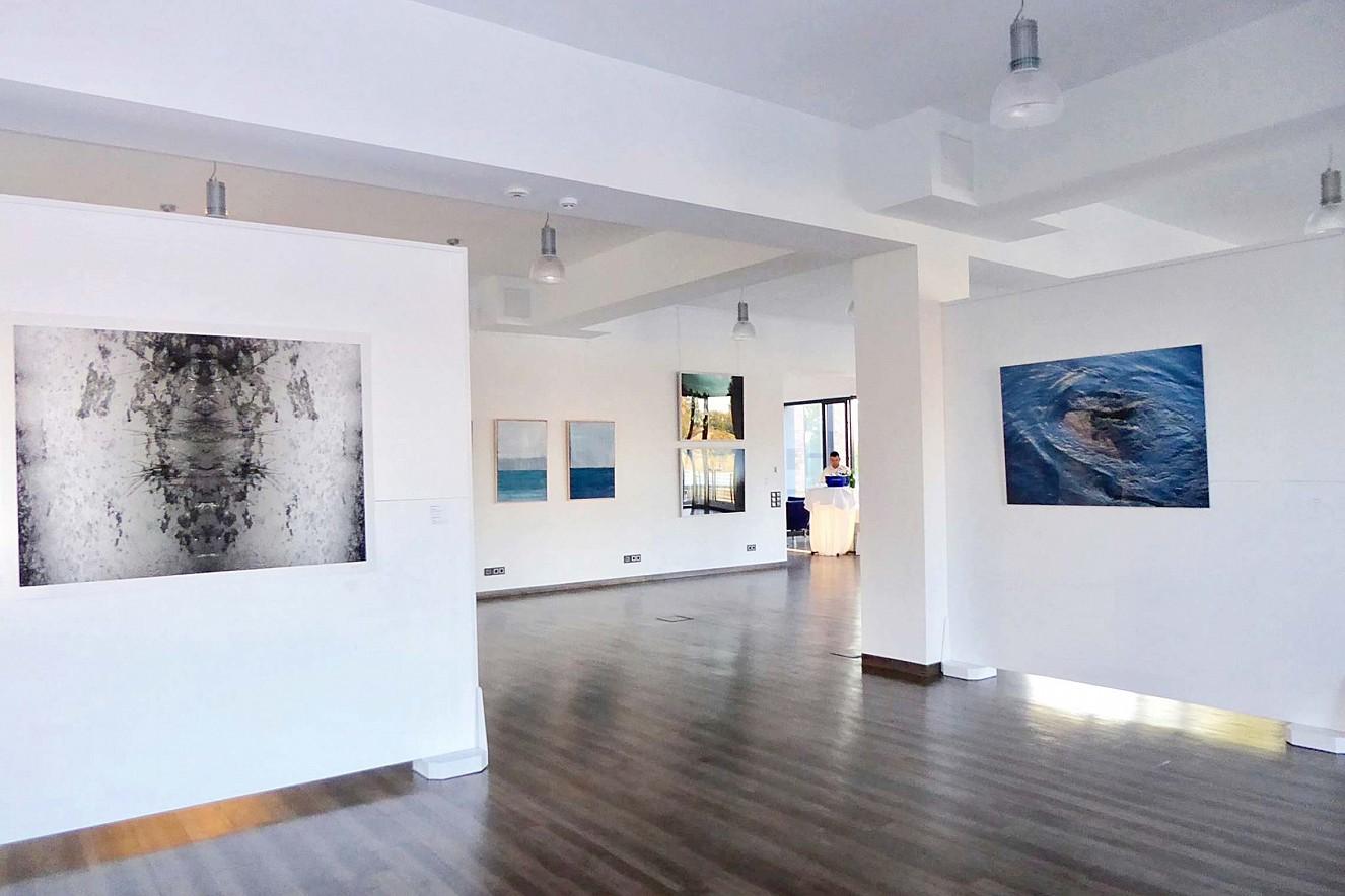 Disruptor- Carol Paquet, Foto/Papier   und StrudelBlueFemme, 90x130cm,   Chromira pearl, Ausstellung Bitteres Wasser