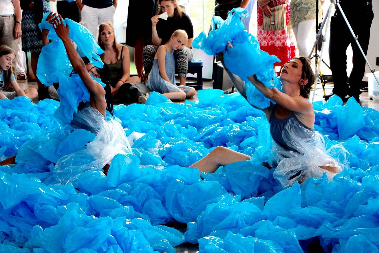 Eau Dich  Tanz und Performance, Compagnie PULS ART   M. Mélanie and K. Grenier, Bitteres Wasser
