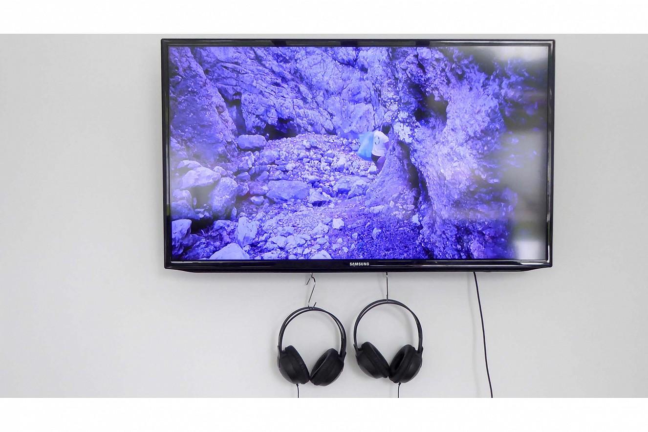 Bitteres Wasser  Video auf Monitor von Pamela Longobardi, Kako Lagadi, Drifters Project Kefalonia, Bitteres Wasser