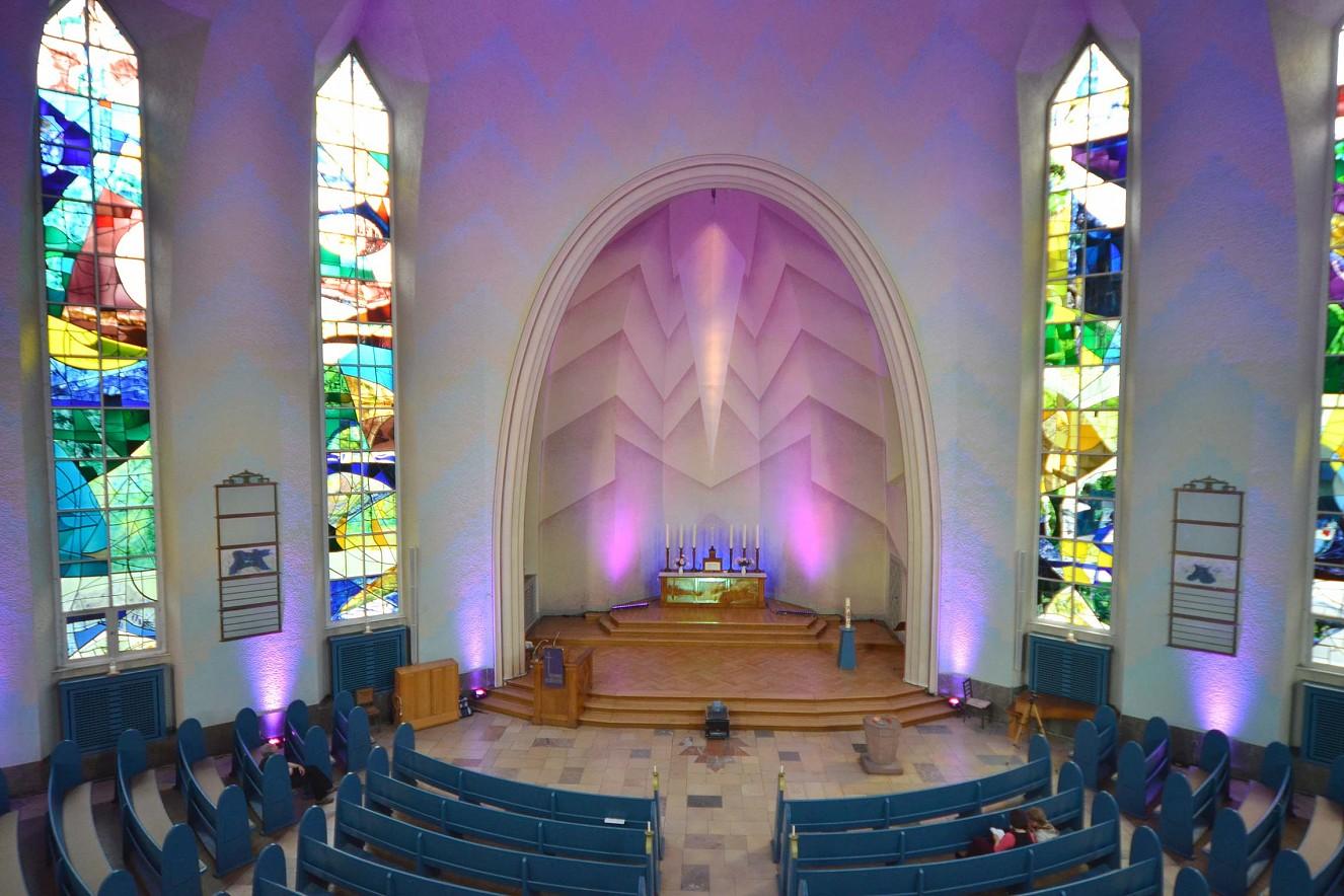 Sext, das Mittagslob  Violett, die Farbe für Buße/Passion Videoinstallation auf den Altar der Kreuzkirche am Hohenzollerndamm