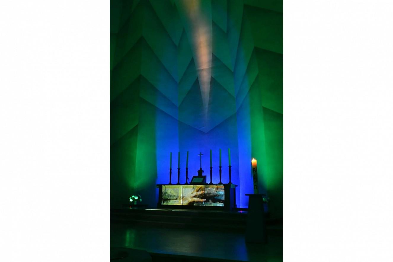 Non, das Lob am Nachmittag  Grün, die Farbe des Wachstums und der Hoffnung  Videoinstallation Kreuzkirche Hohenzollerndamm