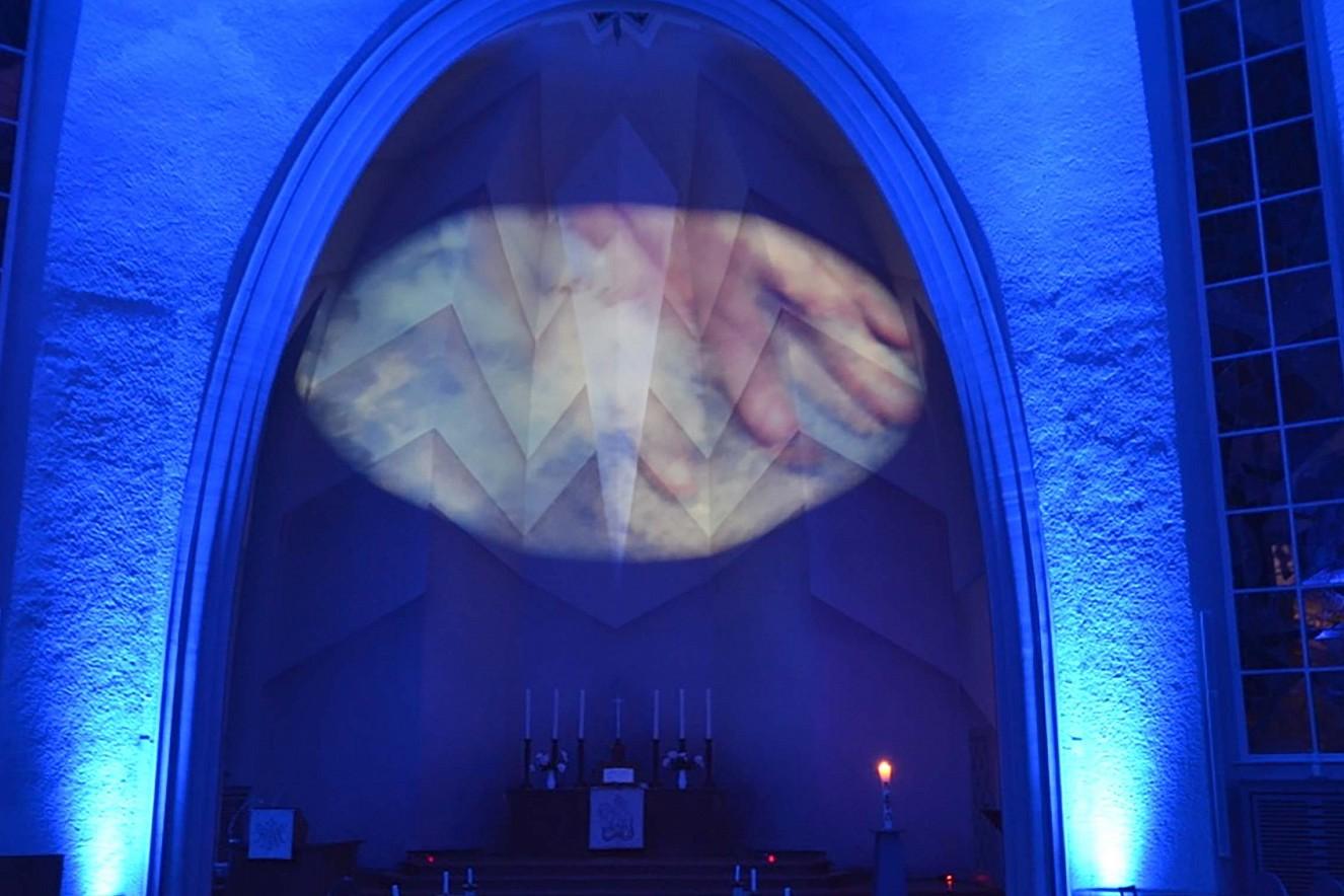 Blaues Portal  Blau, die Farbe des Himmels  Videoinstallation Kreuzkirche Hohenzollerndamm