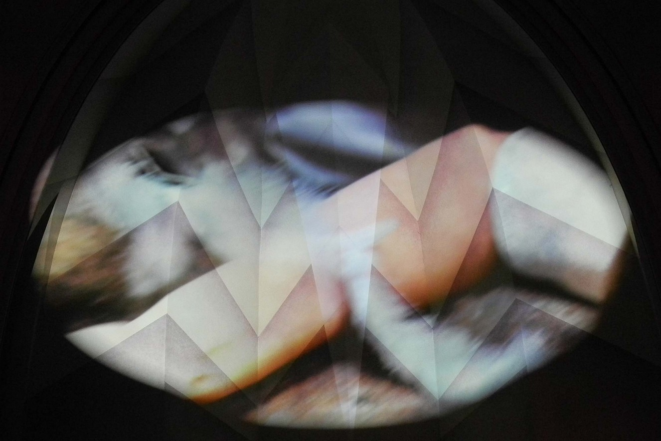 Laudes, das Morgenlob - Small Wings Behind  Tanz/Perfomance: Iris de Boor, Musik: Mario Verandi  Videoinstallation Kreuzkirche Hohenzollerndamm