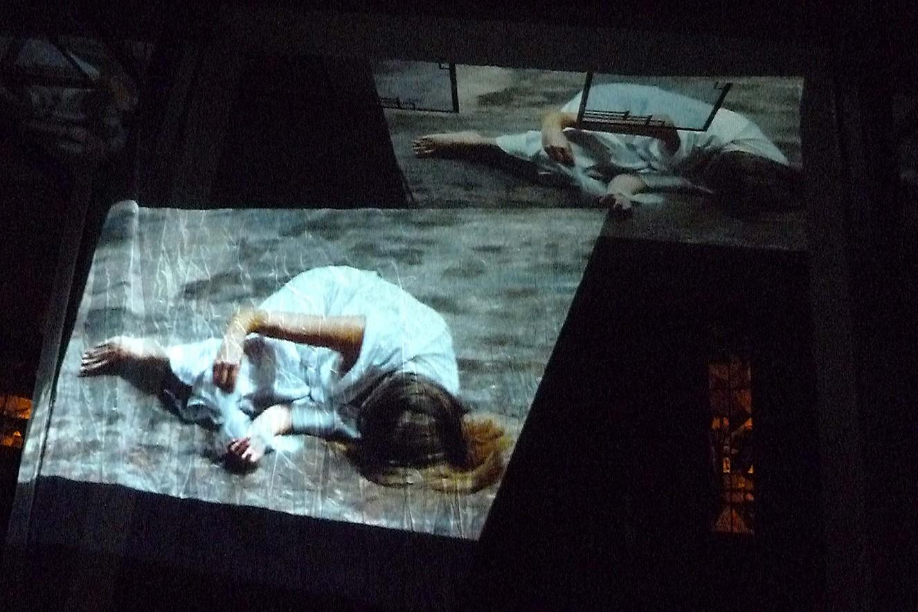 Komplet, das Nachtgebet  Schwarz, die Farbe der Trauer und der Nacht  Videoinstallation Kreuzkirche Hohenzollerndamm