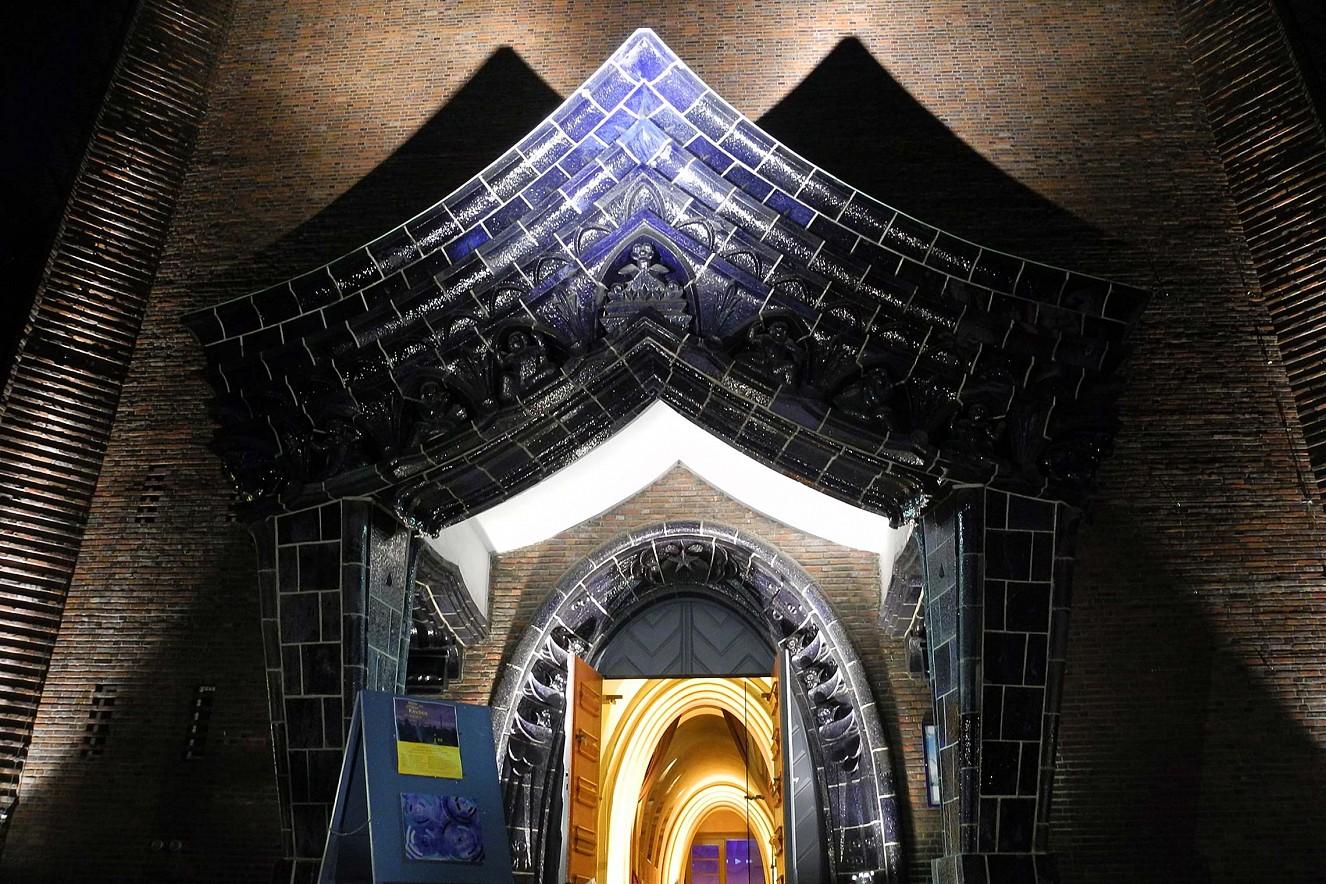 Eingangsportal Lange Nacht der Offenen Kirchen  Kreuzkirche Hohenzollerndamm Berlin  Dokumentation: Gabriele Weßling