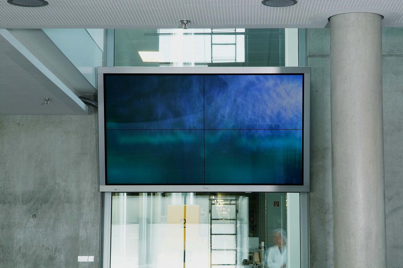 Kurveblau  Videostill on LED Screen 84\