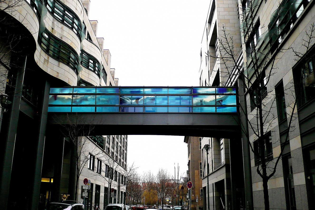 Swarm- Swim Foto auf Glas, Brücke Seitenfenster gekachelt ca. 28 qm, Übergang Haus 1 und Haus 2 Berliner Wasserbetriebe, Neue Jüdenstrasse