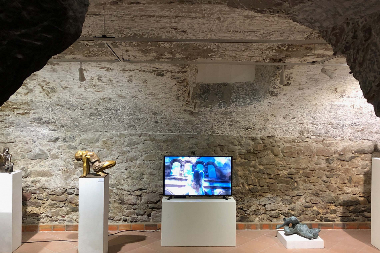 Laudes - Small Wings Behind, Videoinstallation, ©C.Rosteck, Skulpturen©Gudrun Cornford